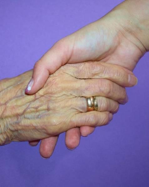 Zwei Hände die ineinandergreifen