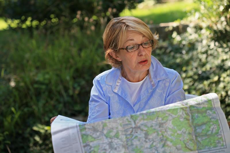 Eine Frau liest eine Strassenkarte
