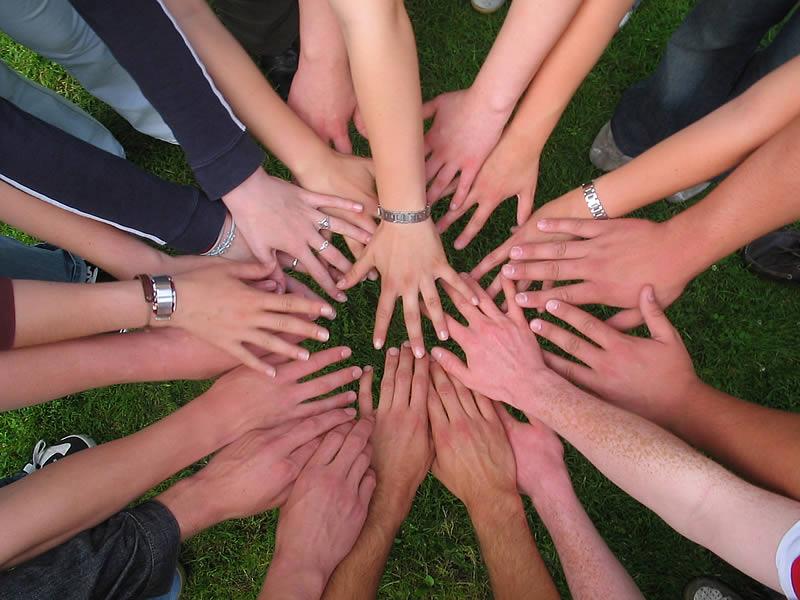 Viele Hände die einen Kreis bilden